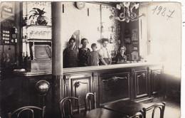 CARTE PHOTO. CPA- PHOTO. INTÉRIEUR ET ANIMATION AU COMPTOIR  D'UN CAFÉ. LIEU A DÉFINIR. ANNEE 1927 + TEXTE - Cafés