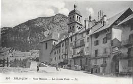 05 Htes Hautes Alpes - BRIANCON - Place Méanne - La Grande Poste - Postes - Vittel Grande Source - Télégraphe Téléphone - Briancon