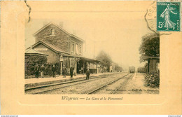 62 WIZERNES. La Gare Et Le Personnel Vers 1910... Edition Sanson Café De La Gare - Other Municipalities