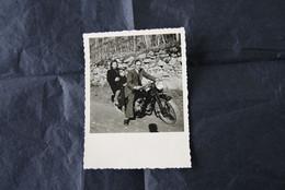 * - Photo D'un Couple Sur Une Moto Guzzi, Modèle à Identifier Des Années 50. Photo Prise Peut-être En Ardèche - Anonymous Persons