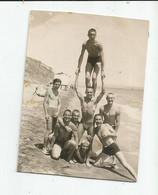 Young Men-accrobats On The Beach A294-487 - Personas Anónimos