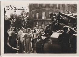 2 Photos Libération De Paris (75)  1944   Char Et Foule Boulevard Saint Germain, Défilé De Prisonniers Allemands - Krieg, Militär