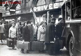 PHOTOGRAPHIE ANCIENNE : PARIS GARE DE LYON RETOUR MASSIF DES PARISIENS VOYAGEURS VACANCIERS STATION BAHNHOF AUTOBUS - Stations, Underground
