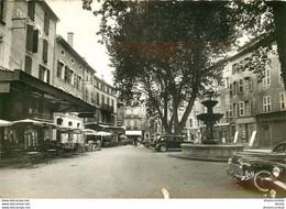 Photo Cpsm 83 BRIGNOLES. Place Caramy Avec Café Hôtel De L'Univers Et Voitures Anciennes - Brignoles