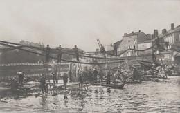 CARTE PHOTO ALLEMANDE - GUERRE 14-18 - POSE DE CÂBLES TÉLÉGRAPHIQUES AU DESSUS D'UNE RIVIÈRE - Guerre 1914-18