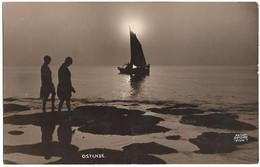 CPA - OSTENDE (voilier Et Personnes Sur La Plage Au Coucher Su Soleil) - Oostende