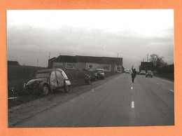 PHOTO RETIRAGE DES ANNÉES 1960 - ACCIDENT DE VOITURE CITROEN 2 CHEVAUX JUVA 4 DE GENDARMERIE DS MOTO MOTARD - Auto's