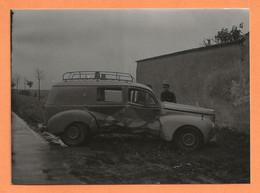 PHOTO RETIRAGE DE L'ANNÉE 1958 TOURY RN 20 - ACCIDENT DE VOITURE PEUGEOT 203 BREAK TOLÉ UNE VITRE LATÉRALE GALERIE - Auto's
