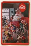 USA Color Retro Style Metal/tin Plate/tray Coca-Cola - 'Santa Claus In Workshop' - 30 X 20 Cm - Plaques émaillées & En Tôle