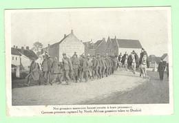 R234 - MILITARIA - Nos Goumiers Marocains Faisant Escorte à Leurs Prisonniers - War 1914-18