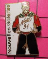 115a Pin's Pins / Beau Et Rare / THEME : NOEL / GROOM ROUGE ET NOIR NOUVELLES GALERIES NOEL 1991 - Natale