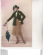 CPA FANTAISIES.  Jolie Femme Robe à Carreaux Avec Chapeau Cloche, Parapluie. ...Z289 - Mujeres