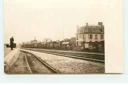 Carte Photo à Localiser - Homme Sur Un Quai De Gare Avec Train - Estaciones Con Trenes