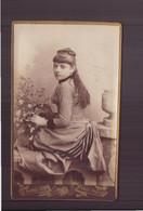 """Photo CDV ( 10.5 X 6 Cm ) """" Jeune Femme, Vêtue D'une Robe Pied De Poule, Tenant Un Panier Fleuri """" Photographe Pannelier - Antiche (ante 1900)"""