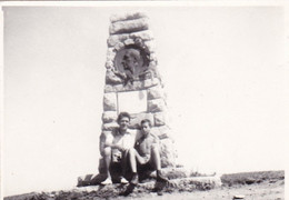 Old Real Original Photo - Naked Boy Man In Front Of A Monument - Shot 1962 - Ca. 9x6.5 Cm - Anonymous Persons