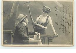 Couple - Homme Avec Un Journal Et Une Femme Tenant Un Rateau - Autres