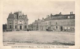 SAINTE MENEHOULD : PLACE DE L'HOTEL DE VILLE - CAISSE D'EPARGNE - Sainte-Menehould