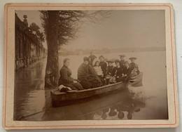 Photo De Famille Sur Une Barque. Chien. Saintes. Charente-Maritime. Nouvelle-Aquitaine. 1904. - Anonieme Personen