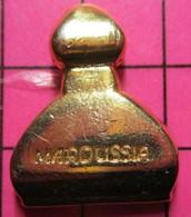 SP17 Pin's Pins / Beau Et Rare / THEME : PARFUMS / METAL JAUNE PARFUM MAROUSSIA - Profumi
