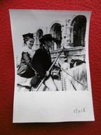 ARLES GARDIAN SA FIANCE ARLESIENNE DEVANT LES ARENES PHOTO 16 X 12 Cm - Plaatsen
