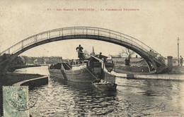 Les Canaux à TOULOUSE  La Passerele Negreneys Peniche Barrée Par Une Femme  Labouche RV - Toulouse