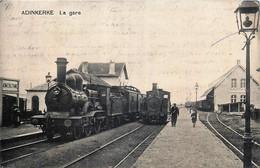 Belgique - La Panne - Adinkerke - La Gare - Un Train Et Un Tram à Vapeur - Other