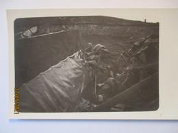 Westen, Soldaten Mit Stahlhelm, Abgeschlossener Flieger, Fotokarte (37615) - Weltkrieg 1914-18