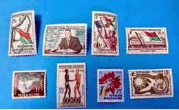 MADAGASCAR 1958 1960 8 Timbres Neufs MNH (sauf 1) YT 335 à 340 Et YT 353 / 354 - Madagascar (1960-...)
