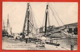 Port-en-Bessin . Barques Et Appareil De Pêche En Réparation. - Port-en-Bessin-Huppain