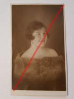 Photo Vintage. Original. Mode. Fille Avec Une Belle Coiffure Et Une Robe. Lettonie D'avant-guerre - Oggetti