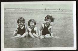 Photo Originale 13 X 8,5 Cm - Bredene - Fillette Au Bord De L'eau - Voir Scan - Luoghi