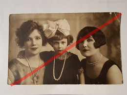 Photo Vintage. Original. Mode. Filles Avec De Belles Coiffures Et Robes. Lettonie D'avant-guerre - Oggetti