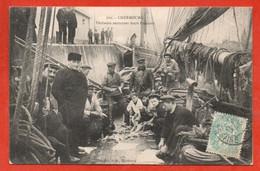 CHERBOURG . Pêcheurs Nettoyant Leurs Poissons - Cherbourg