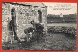 PERROS-GUIREC - Ploumanac'h. Pêcheur Fabriquant Un Casier Pour La Pêche Du Homard - Perros-Guirec