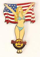Superbe Pin's HRC LOS ANGELES - Pin'up En Bikini Brandissant Le Drapeau Des USA - Edition Limitée 200 Ex - HRC - KHRC1 - Pin-ups
