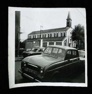 ► Photo Rebault 4 L De Parisien Années Novembre 1968  - Lieu à Idendifier (Selon Eglise) Env 8.5 X 8.5 Cm - Coches