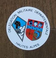 AUTOCOLLANT STICKER - DÉLÉGATION MILITAIRE DÉPARTEMENTALE HAUTES-ALPES - MILITARIA - ARMÉE - Stickers
