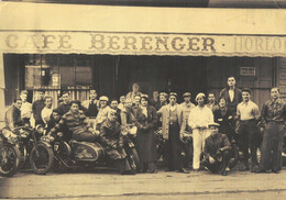 PHOTO - Café Berenger ,moto , Side Car- Papier Fin Ordinaire Reproduction ? -  20/28 CM - Da Identificare