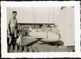 Photo Originale 10 X 7 Cm - 1960s - Jeune Garçon Dans Un Avion - Manège / Foire - Attraction Foraine - Voir Scan - Aviazione