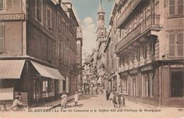 NEVERS : LA RUE DU COMMERCE ET LE BEFFROI BATI PAR PHILIPPE DE BOURGOGNE - Nevers