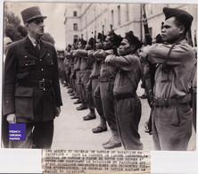 Général De Gaulle Grande Photo De Presse 1945 Adieux Bataillon Du Pacifique Caserne Latour Maubourg Revue C4-21 - War, Military