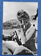 CPM Brigitte Bardot Photo Extraite Du Film Une Parigina  Une Parisienne Sorti 1957 - Rizzolini Film Edition Italienne - Beroemde Vrouwen