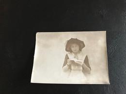 Photo (~1900) Jeune Fille étudiant - Anonymous Persons