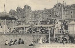 CABOURG - Un Coin De La Plage Et Le Grand Hôtel - Cabourg
