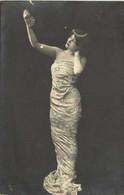 Portrait Jeune Femme Epaules Nues Robe Fourreau Tenant Une Grappe De Raisin Dans Une Main Levée  Pionnière RV TUCK - Women