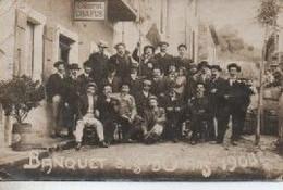 CATE PHOTO A IDENTIFIER Groupe De Vieux Conscrits DEVANT LE CABARET CHAPUS - A Identifier