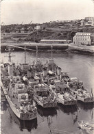 29.  BREST . UN GROUPE D'AVISOS ET ESCORTEURS A LEUR POSTE D'AMARRAGE DANS L'ARSENAL ANNÉE 1957 (TIMBRE BREST) - Brest