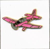 Pin's Aviation - Avion De Tourisme / Mono-Moteur De Type Jodel D140 - Version Rose Fluo. Est. Boussemart. Zamac. T810-13 - Aerei