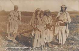SCÈNES & TYPES - Femme Arabes Attelées - CARTE PHOTO - Frauen