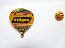 Superbe Pin's Pins , Carburant Essence , Oil , Huile , Gaz , Montgolfière Erdgas - Carburanti